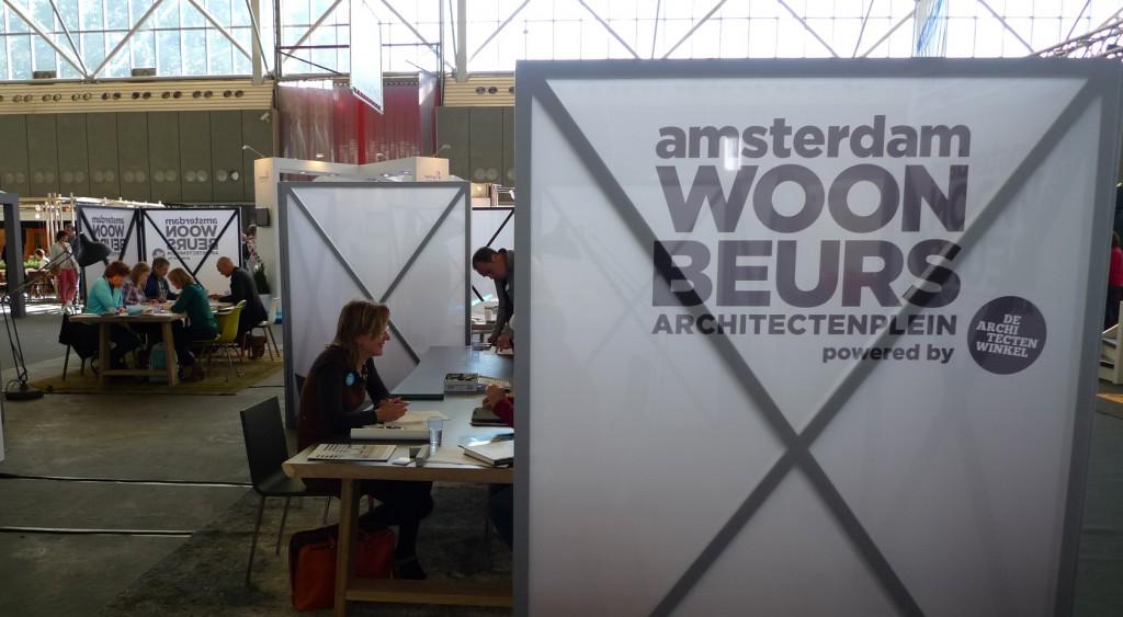 Christina Fuchs en collega's van de Architectenwinkel geven advies op het architectenplein tijdens Woonbeurs 2013